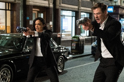 Em (Tessa Thompson) and H (Chris Hemsworth) in Columbia Pictures' MEN IN BLACK: INTERNATIONAL.